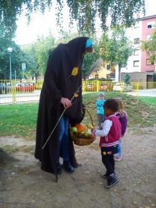 S čarobno palico je pobarvala liste in naredila, da so vsi jesenski plodovi dozoreli.